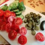 Способ нарезки помидоров и огурцов с салат