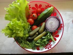 Рецепт салата из помидоров и огурцов на свежую руку