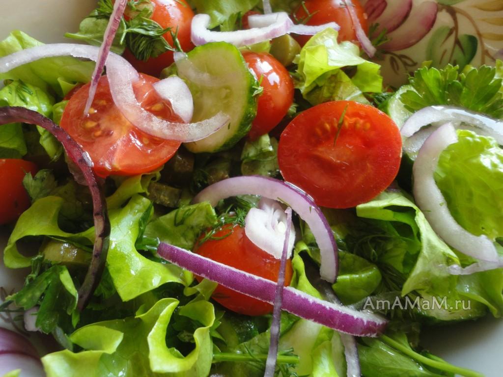 Приготовление салата из помидоров, соленых огурцов, свежих огурцов и салата