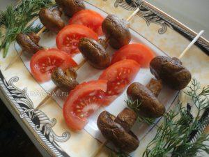 Закуска из шампиньонов - шашлык на деревянных шпажках в духовке