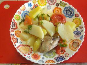Вкусные куриные бедрышки с картошкой , луком и помидорами - рецепт