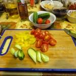 Как нарезать помидоры черри и огурцы для салата