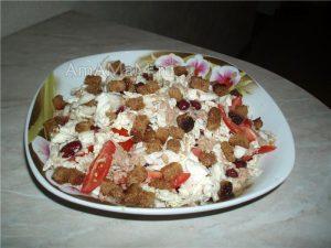 Салат из рыбы в консервах, фасолью, сухариками и помидорами