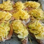 С чем запечь свинину - лук, яблоки, сыр