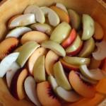 Как правильно нарезать персики в пирог - фото