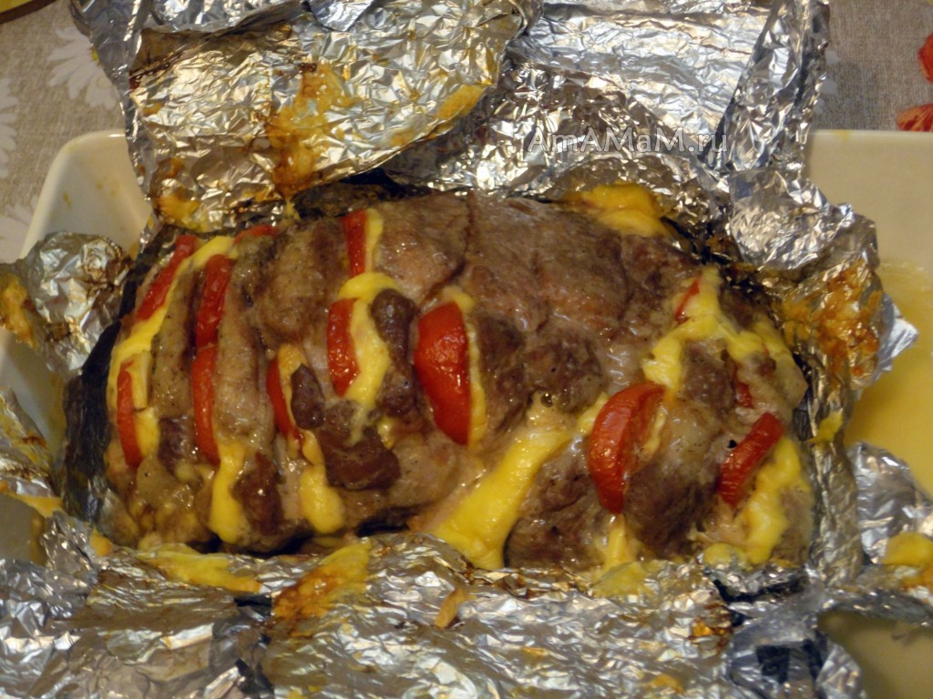 Как запечь мясо гармошкой с помидорами - рецепт
