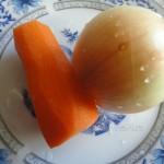 Что добавить в бульон при варке мяса - луковицы и морковь