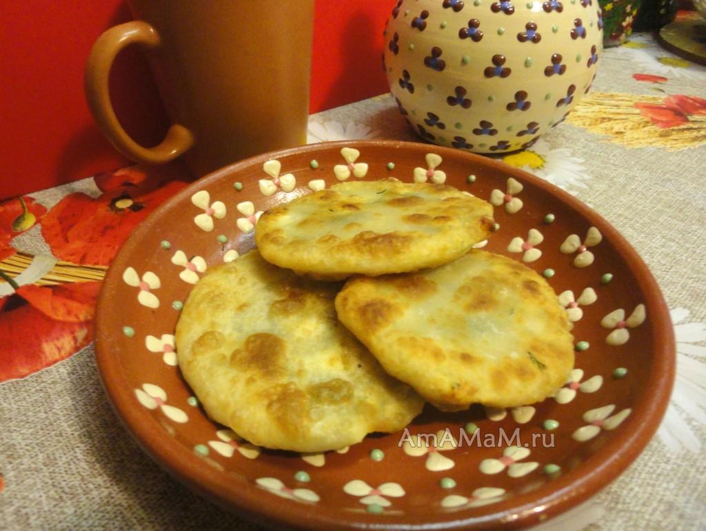 Рецепт луковых и сырных лепешек