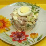 Приготовление салата с печенью трески и яблоками - простой рецепт