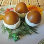 Блюдо из фаршированных яиц в форме грибов