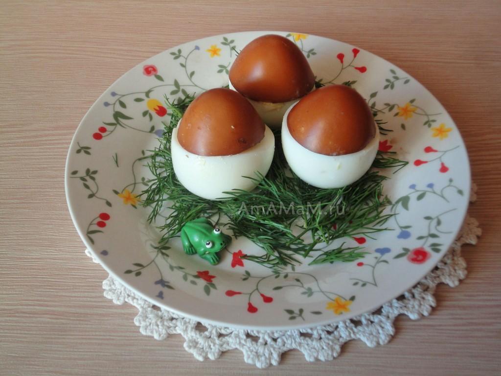 Закуска из фаршированных яиц с печенью трески в форме грибов