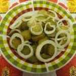 Простой салат из соленых огурцов и репчатого лука