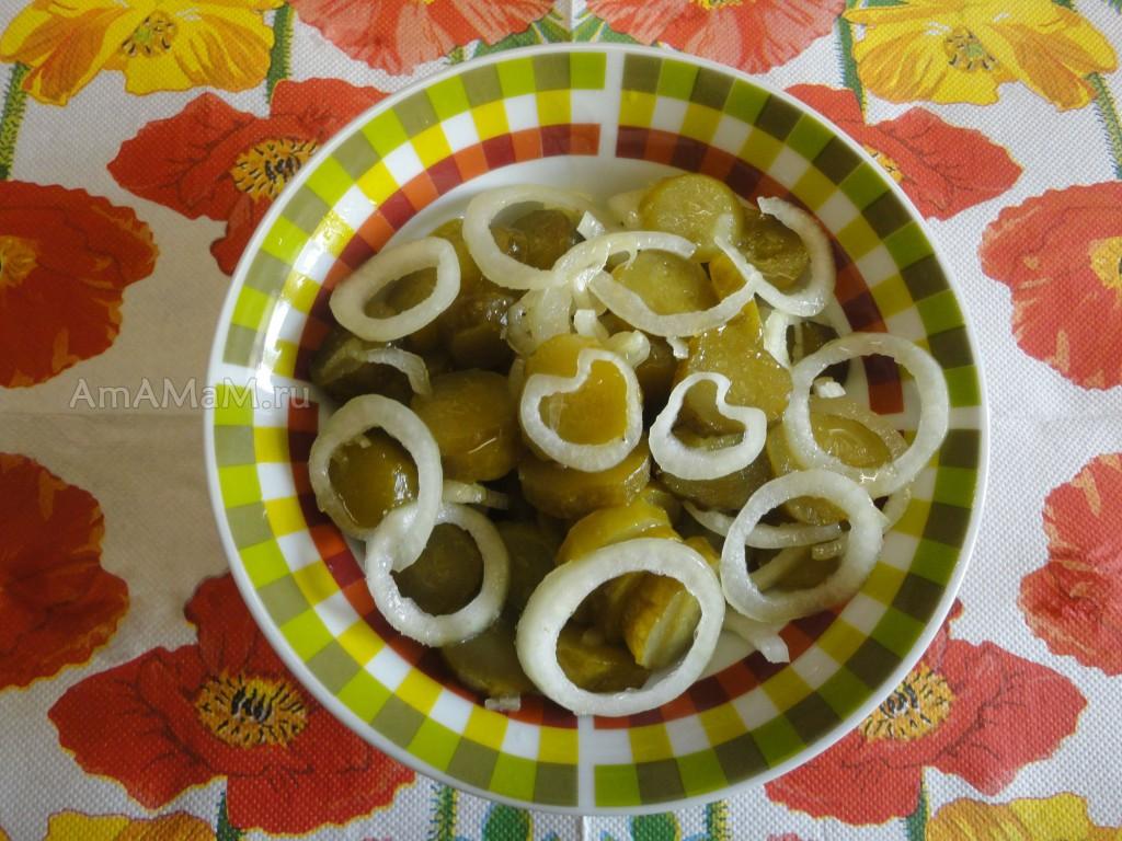 Рецепт салата из одних соленых огурцов