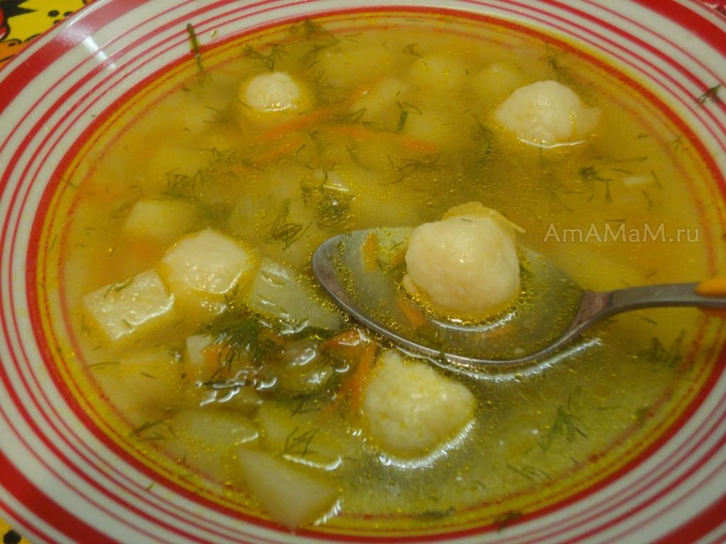 Тарелка с сыром, в котором плавают сырные шарики из плавленых сырков