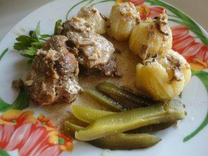 Блюдо из утки с белыми грибами и сметаной