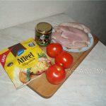 Состав блюда - грудка с соусом песто, сыром и помидорами