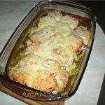 Готовое куриное филе с ароматом трав, сочным ломтиком помидора под сырной корочкой