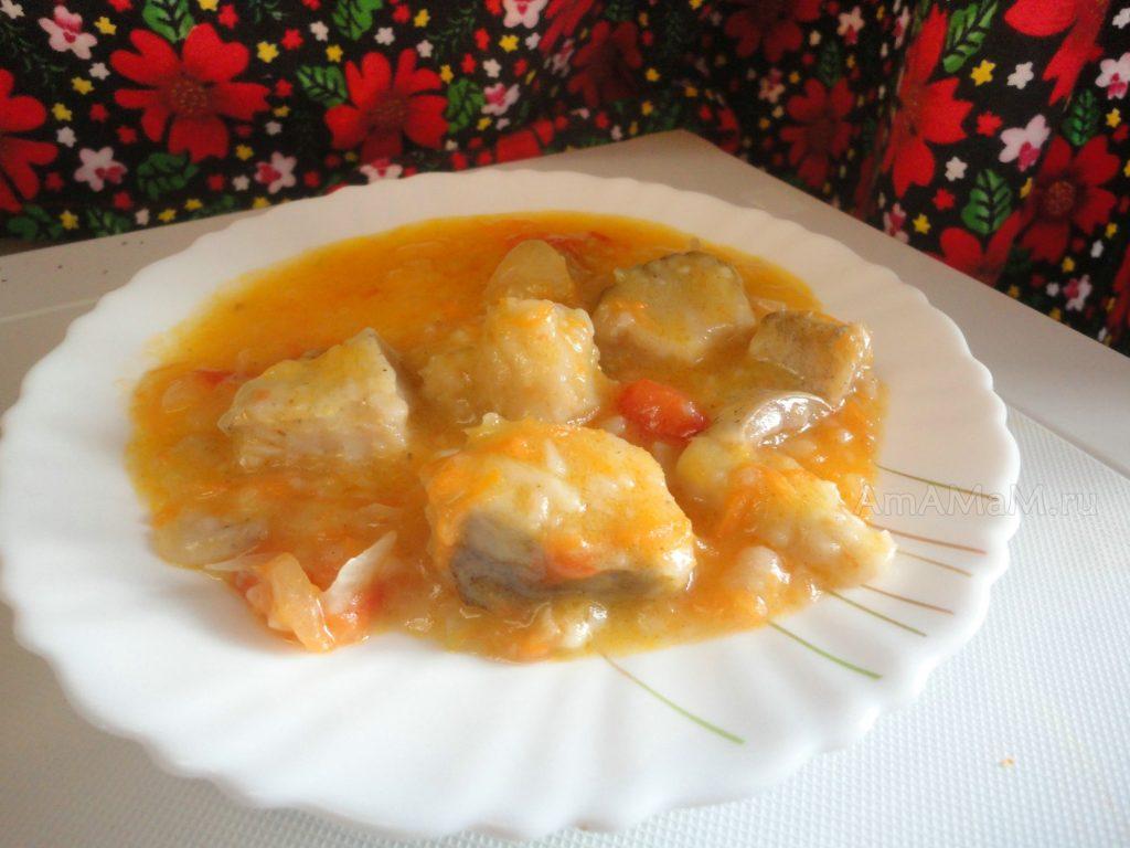 Хек в томатном соусе с кусочками овощей