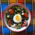 Салат с рукколой, овощами и яйцами