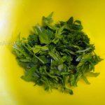 Сборка салата - руккола, петрушка, базилик, укроп
