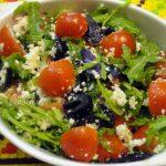 Салат из рукколы с помидорами и сыром
