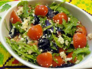 Рецепты салатов с рукколой - сыр, помидоры