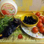 Адыгейский сыр, помидоры, маслины, базилик - составляющие вкусного салата