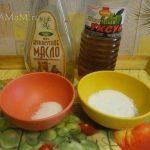 Масло, уксус, соль, сахзр - заправка для овощного салата с сыром