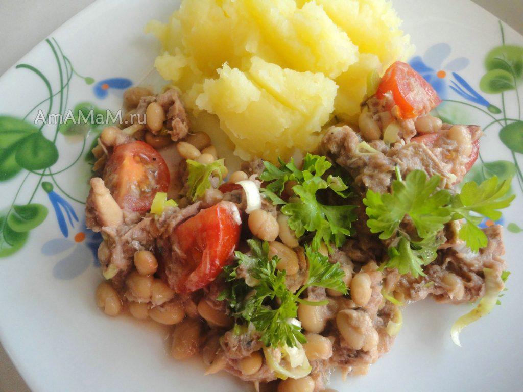 Приготовление салата из рыбных консервов с фасолью и помидорами