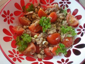 Вкусный салат из рыбы с фасолью и помидорами черри