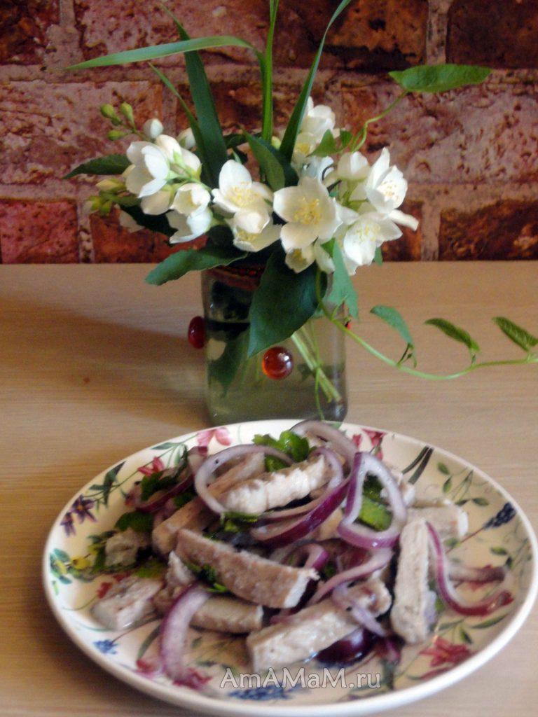 Вареное маринованное мясо свинины с маринованным луком