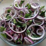 Свинина вареная в маринаде с луком и зеленью = салат