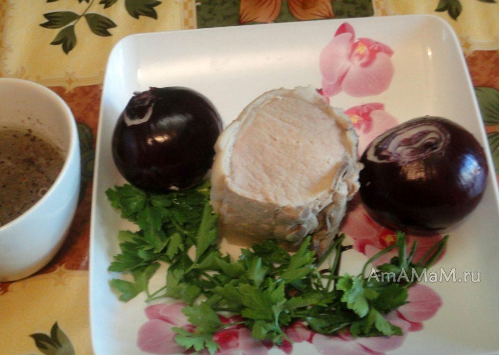 Состав мясного салата с луком в маринаде