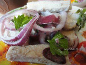 Вкусный мясной салат из замаринованного мяса с луком