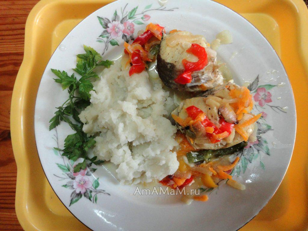Вкусный ужин - тушеный хек с овощами и гарниром из риса