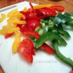 Желтый, красный и зеленый перец - нарезка