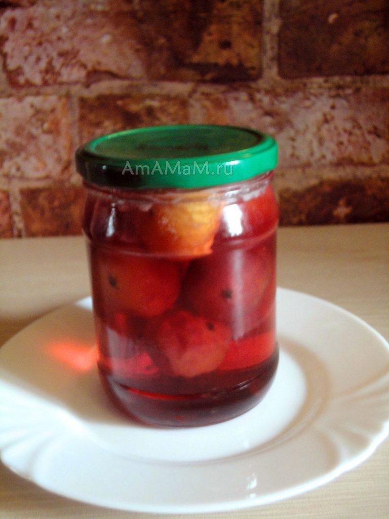 Прозрачный сироп, в котором плавают райские яблочки