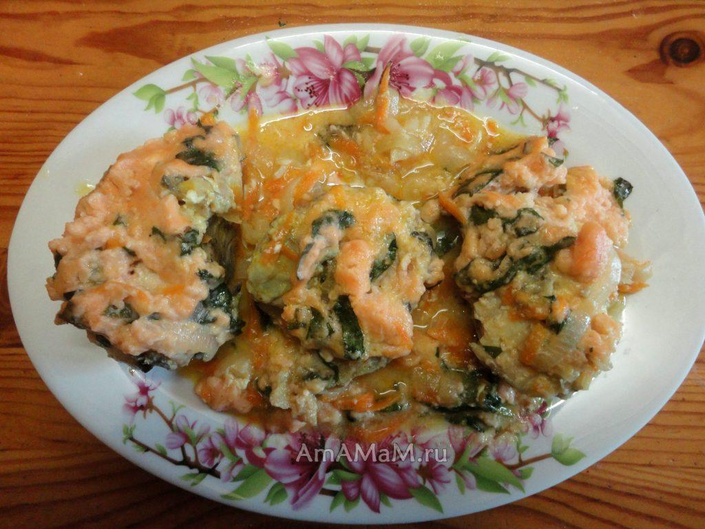 Минтай с луком, морковкой и мучным соусом