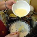 Ввести яйца медленно, помешивая рисовую основу