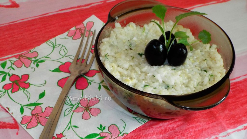 Сытный ужин из риса с чесноком , заправленного яйцами