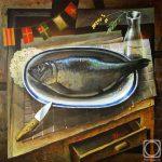 Натюрморт с сырой свежей рыбой и одинокой веточкой мимозы в стеклянной вазе