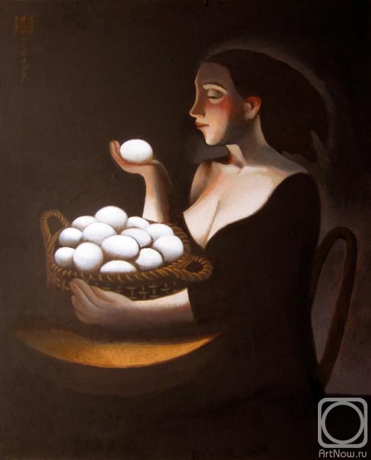 Женщина с декольте с яйцом в руке