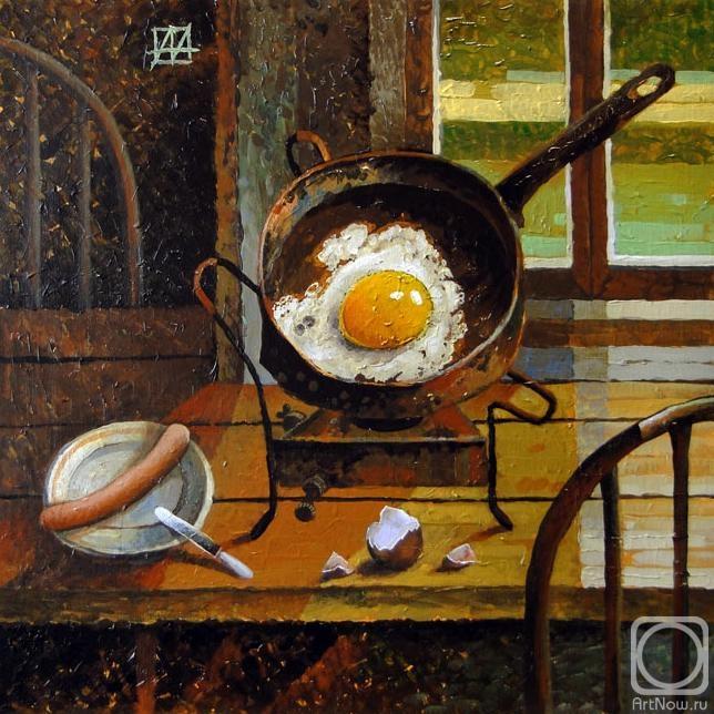 Яичница на старой сковороде с с сосиской, скорлупой на столе