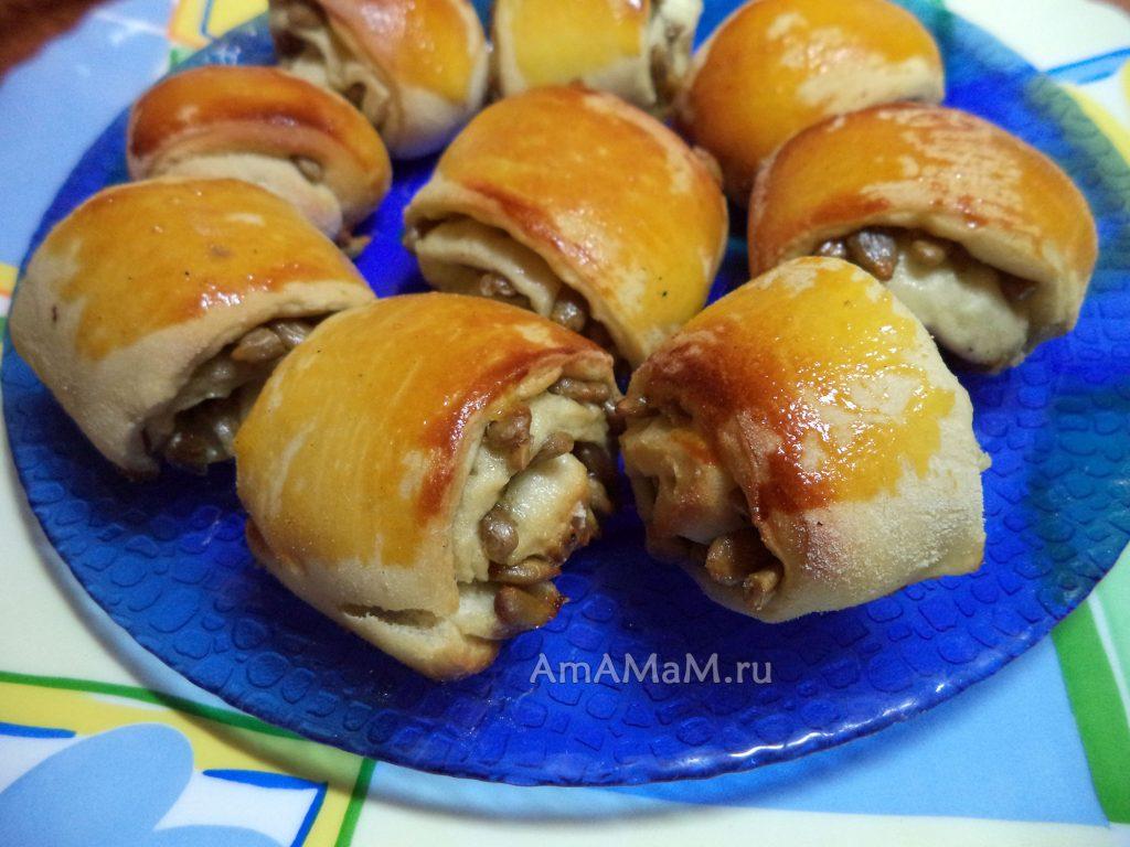 Приготовление печенья из дрожжевого теста с начинкой из ссемечек