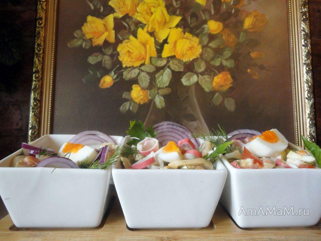 Морской салат из кальмаров, крабовых палочек, грибов и помдиоров
