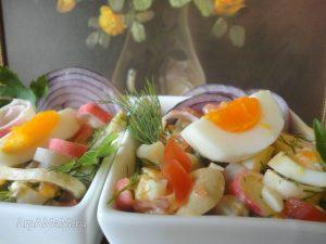 Рецепт салата Дары моря с кальмарами, крабовыми палочками, помидорами и грибами