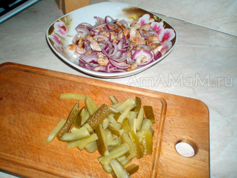 Как нарезать огурцы в Пражский салат - фото