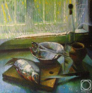 Тюлька на разделочной доске, в миске, нож, горшочек и бутылка у окна