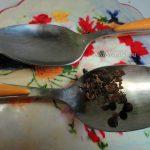 Приготовление свежемолотого перца с помощью ложек - фото
