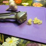 Измельчение чеснока через чеснокодавилку - фото
